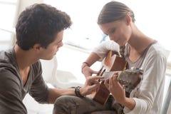 Aprendizaje de la guitarra Fotografía de archivo libre de regalías