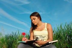 Aprendizaje de la muchacha Foto de archivo libre de regalías
