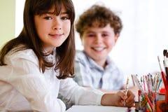 Aprendizaje de la muchacha y del muchacho Fotografía de archivo libre de regalías