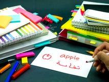 Aprendizaje de la nueva lengua que hace tarjetas flash originales; Árabe imagen de archivo libre de regalías