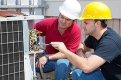 Aprendizaje de la reparación del aire acondicionado Fotografía de archivo libre de regalías