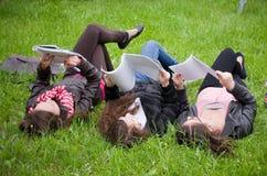 Aprendizaje de las colegialas Imagen de archivo