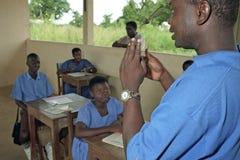 Aprendizaje de lenguaje de signos en la escuela para los niños sordos Fotos de archivo