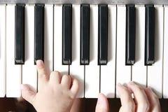Aprendizaje de música y del piano Fotos de archivo libres de regalías