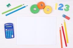Aprendizaje de matemáticas Embrome el escritorio del ` s con el cuaderno en blanco, los lápices coloridos, los números y una calc Fotografía de archivo