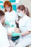 Aprendizaje de procedimientos dentales de un profesional fotos de archivo libres de regalías