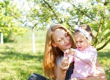 Aprendizaje del bebé en naturaleza Foto de archivo