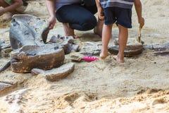 Aprendizaje del dinosaurio de la historia, simulación de excavación de los fósiles de dinosaurio en el parque imagen de archivo libre de regalías