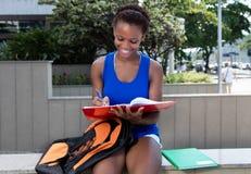 Aprendizaje del estudiante afroamericano con el pelo corto Imágenes de archivo libres de regalías