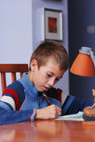 Aprendizaje del muchacho foto de archivo