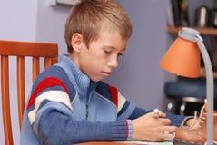 Aprendizaje del muchacho fotos de archivo libres de regalías