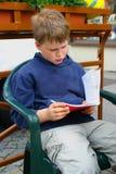 Aprendizaje del muchacho Imagenes de archivo