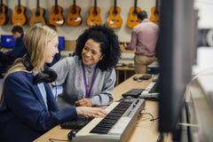 Aprendizaje del teclado en la lección de música Fotografía de archivo libre de regalías