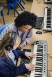 Aprendizaje del teclado en la lección de música Imágenes de archivo libres de regalías