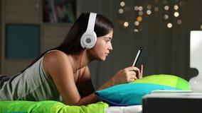Aprendizaje electrónico adolescente con una tableta y los auriculares en casa