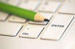 Aprendizaje electrónico, concepto de aprendizaje en línea - dibuje a lápiz en un ordenador portátil Fotos de archivo libres de regalías