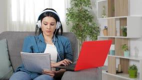 Aprendizaje electrónico del estudiante que compara notas en línea almacen de metraje de vídeo