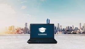 Aprendizaje electrónico en el ordenador portátil del ordenador y el fondo de la salida del sol de la ciudad Educación y concepto  fotografía de archivo