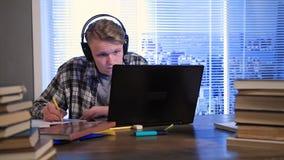 Aprendizaje electrónico serio del estudiante en línea con el ordenador portátil almacen de metraje de vídeo