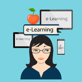 Aprendizaje electrónico con la muchacha y la pantalla de ordenador Foto de archivo libre de regalías