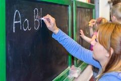 Aprendizaje escribir ABC en la pizarra Fotos de archivo libres de regalías