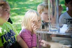 Aprendizaje exterior de los niños Foto de archivo