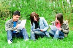 Aprendizaje joven de los estudiantes al aire libre Foto de archivo libre de regalías