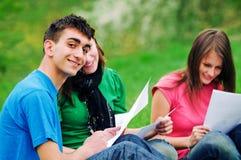 Aprendizaje joven de los estudiantes al aire libre Fotografía de archivo libre de regalías