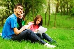 Aprendizaje joven de los estudiantes al aire libre Fotos de archivo libres de regalías