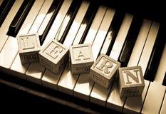 Aprendizaje jugar el piano Imagen de archivo