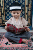 Aprendizaje leer Quran imágenes de archivo libres de regalías