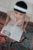 Aprendizaje leer Quran fotografía de archivo