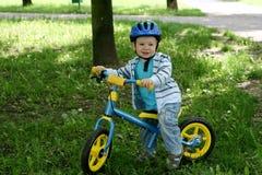 Aprendizaje montar en una primera bici Imagenes de archivo