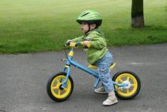 Aprendizaje montar en una primera bici Imágenes de archivo libres de regalías