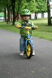 Aprendizaje montar en una primera bici Imagen de archivo libre de regalías