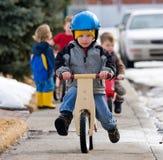 Aprendizaje montar una bici Fotos de archivo libres de regalías