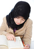 Aprendizaje musulmán de la muchacha Fotografía de archivo libre de regalías