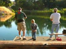 Aprendizaje pescar del papá y de tío Joe imagen de archivo libre de regalías