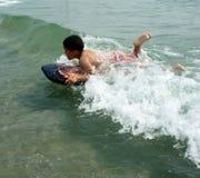 Aprendizaje practicar surf Foto de archivo