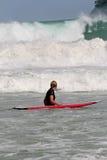 Aprendizaje practicar surf Foto de archivo libre de regalías