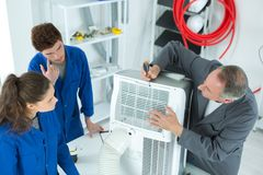 Aprendizaje reparar el compresor industrial del aire acondicionado Fotografía de archivo libre de regalías