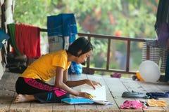 Aprendizaje tailandés de la niña Fotografía de archivo