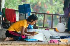 Aprendizaje tailandés de la niña Imágenes de archivo libres de regalías