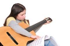 Aprendizaje tocar la guitarra Foto de archivo