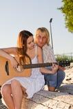Aprendizaje tocar la guitarra imagen de archivo libre de regalías