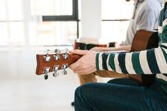 Aprendizaje tocar la guitarra Educación de la música Fotos de archivo