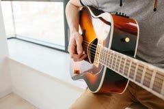 Aprendizaje tocar la guitarra Educación de la música Imagenes de archivo