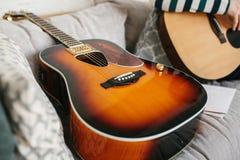 Aprendizaje tocar la guitarra Educación de la música Imagen de archivo libre de regalías