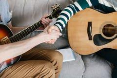 Aprendizaje tocar la guitarra Educación de la música Fotografía de archivo