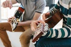 Aprendizaje tocar la guitarra Educación de la música y lecciones extracurriculares Fotografía de archivo libre de regalías